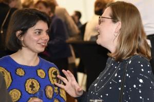 Amber Vanluffelen, laureate van de creatiewedstrijd, en directeur Sara Weyns gesprek met directe