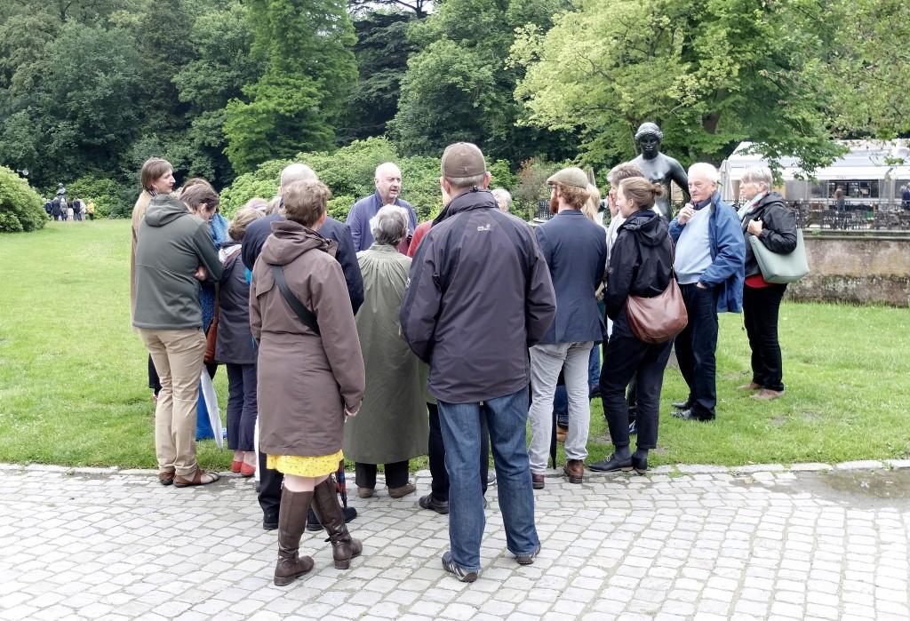 Museum Middelheim, zaterdag 18 juni: Paul Robbrecht deelt zijn visie met de talrijke toehoorders.