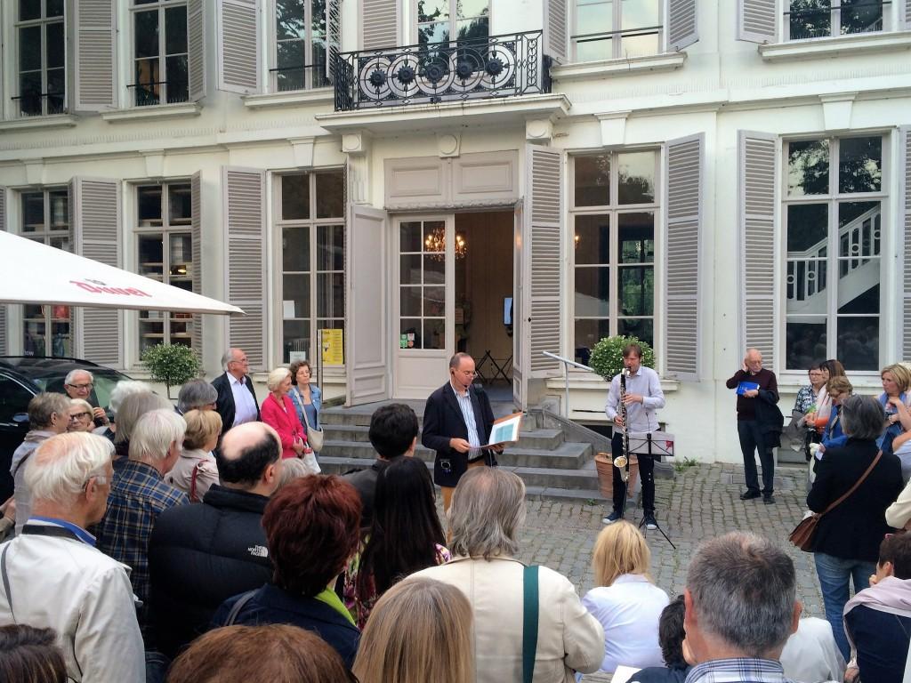 Middelheim Promotors luisteren naar de woorden van Bart Stouten en de muziek van Vlad Weverbergh