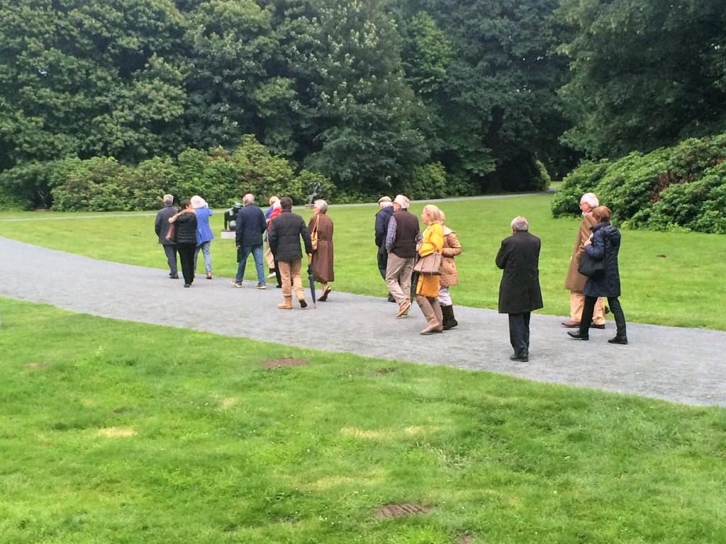 Museum Middelheim, zaterdag 18 juni: Adriaen Raemdonck met zijn toehoorders op weg naar een volgend beeld.